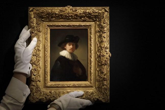 """Konstnären Rembrandt Harmenszoon van Rijns """"Självporträtt iklädd pipkrage och svart hatt"""" såldes dyrt på auktionshuset Sotheby's i London på tisdagen."""