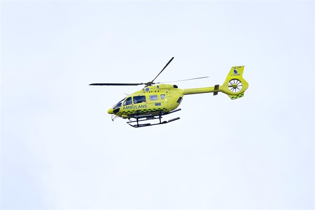 En ambulanshelikopter har inte kunnat ta sig hela vägen upp till Kebnekaises gamla toppstuga. Arkivbild.