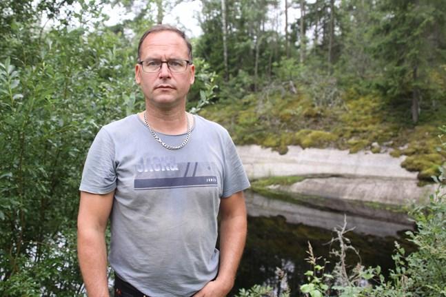Peter Lindedahl valde att satsa på egen vattenförsörjning. Han leder vatten från Härkmerifjärden till den här bassängen. Med det har han säkrat att det finns tillräckligt med vatten för plantorna i växthusen.