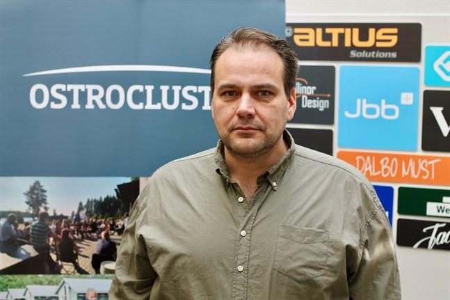 Steven Frostdahl, informationschef på Finlands Pälsdjursuppfödares Förbund, säger att coronakrisen har skapat stor osäkerhet i pälsbranschen och starkt påverkat möjligheterna att bedriva normal skinnhandel.