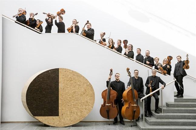 När Mellersta Österbottens Kammarorkester uppträder i Karleby stadsbiblioteks foajé kommer inte hela orkestern att vara på plats.
