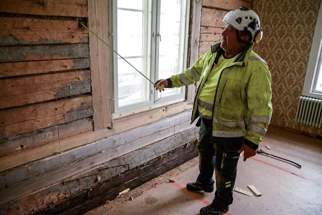 Rummen i husets södra del förnyas också på insidan. Esko Paloniemi berättar att man ursprungligen hade lerrappade väggar i det här rummet.