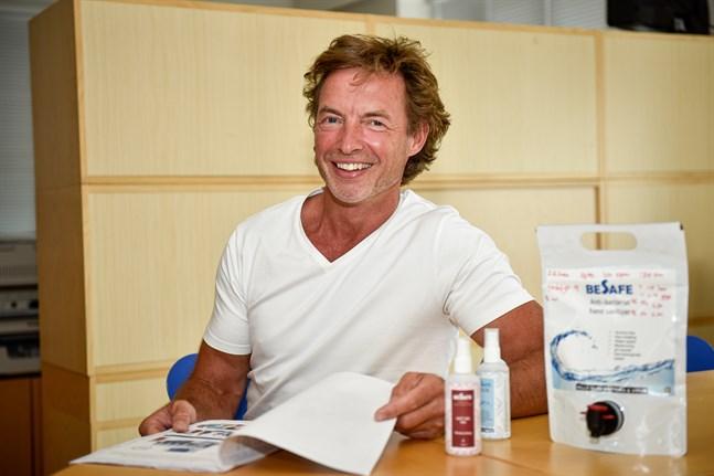 Den åländske företagaren Anders Winkelmann såg en affärsmöjlighet när covid 19-viruset nådde Norden. Nu lanserar han Besafe – ett alkoholfritt, vattenbaserat handdesinficeringsmedel med tillbehör.
