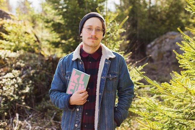 I lågstadiet läste Axel Åhman massor. Sedan kom en tid då skolarbetet tog det mesta av tiden. Men under militärtjänstgöringen hittade han tillbaka till böckerna.