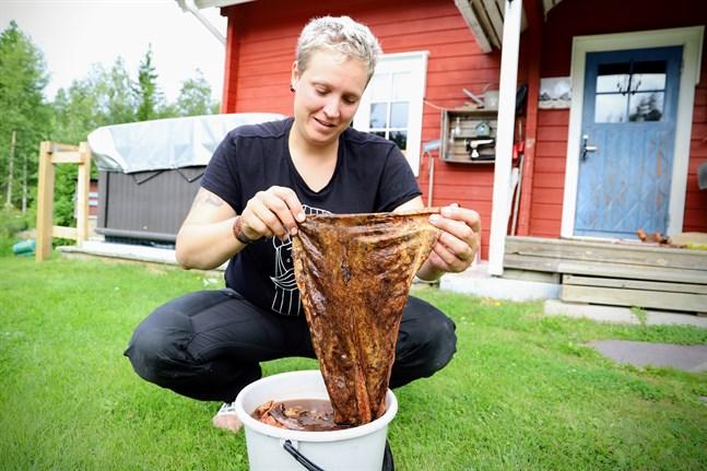 Lakskinn är Madelene Westerlunds favorit. Skinn från lax, abborre och gädda hamnar också i garvbadet.