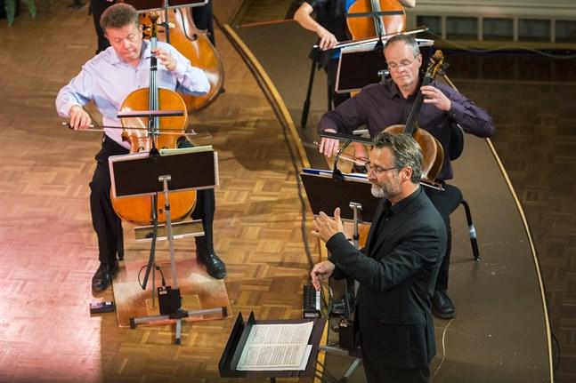 """Jan Söderblom imponerade – """"orkesterns nyansrikedom formades ypperligt och samspelet i orkestern flödade flärdfritt ut i monumental blomning"""" skriver Vbl:s recensent om dirigentens sätt att leda."""