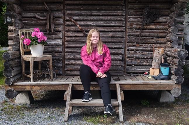 Amelia Backlunds bidrag i Melodi Grand Prix handlar om vänskap. Hon har skrivit låten själv och övar i smyg.