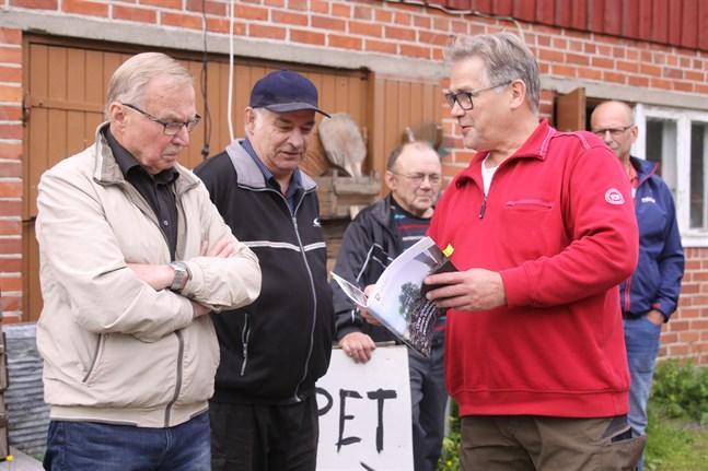 Ofattbart att vi kan bli skyldiga att betala något som vi aldrig blivit tillfrågade om, säger de nio markägarna som SÖ träffar. På bild från vänster Fride Grahn, Jarl Nordman och Hannu Lauhaluoma. I bakgrunden står Olavi Uusi-Honko och Bengt Norrsjö.