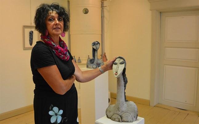 Susanna Paavola-Lehtinen ställer ut kvinnoliv i keramik i Kristinestad.