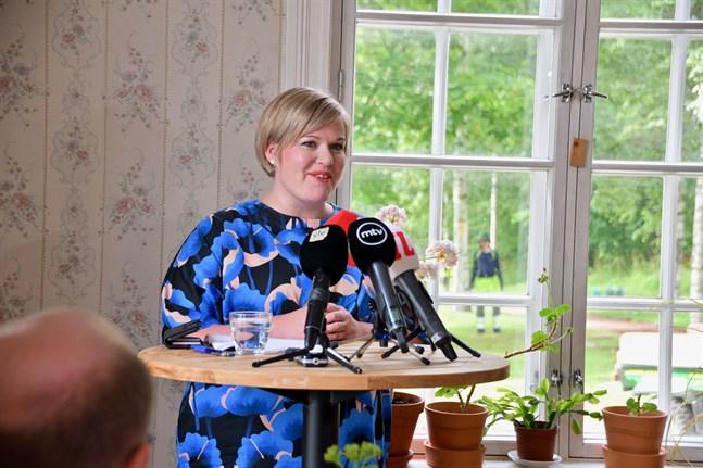 Annika Saarikko (C) har varit riksdagsledamot sedan 2011. Hon meddelade på torsdagen att hon står tillgänglig som ny ordförande för Centern.