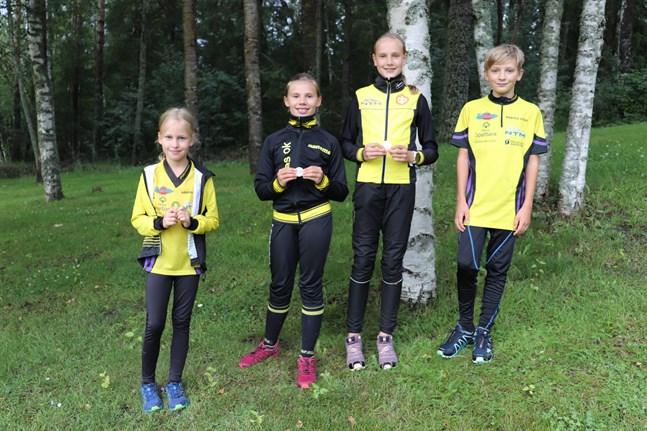 Ines Sved, Lea Snickars, Matilda Snickars och Jonatan Sand tog alla varsin medalj vid Ekorrstigfinalen i Närpes.