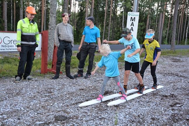Skidåkningen gick bra för Ylva Forsén, Lukas Granqvist och Joar Wirén. De är ivrigt påhejade av Hugo Helenelund, Viktor Nordin och Lukas Kuuttinen.