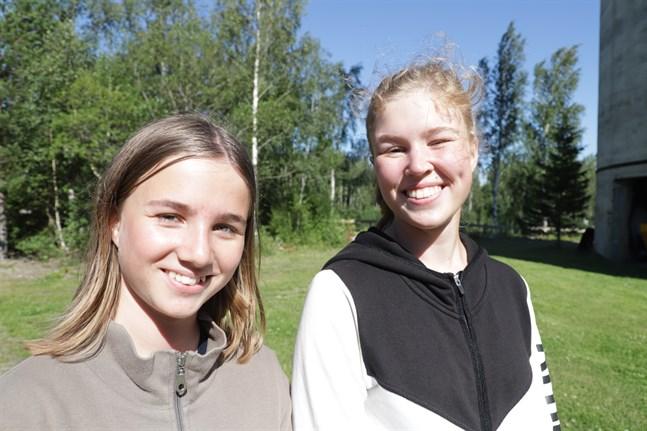 Ida och Matilda Brommel tog chansen att klättra upp i Korsnäs gruvtorn.