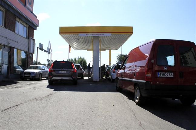 Det var full fart vid Shellstationen på Mejerigatan i Vasa.