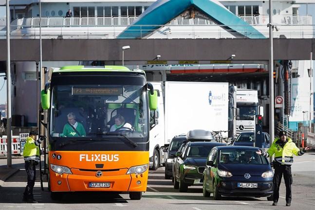 För Finland är det nu skäl att överväga att så snabbt sommöjligt följa Danmarks exempel och öppna uppgränsen för resande mellanländerna, skriver Kjell Skoglund. Bilden visar en poliskontroll vid ett danskt färjfäste