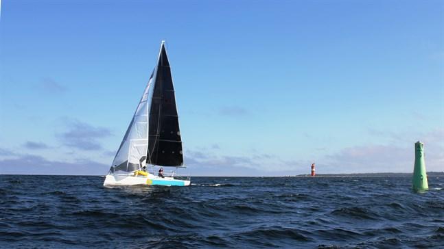 """Här rundar båtarna  vid Kallan med kurs mot Stubben. Första båt att runda var """"Gransegel"""" från Vasa med Hedda Stolpe som skeppare och Michael Wahlroos i besättningen."""