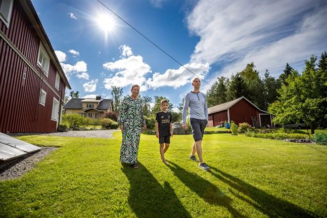 Stiina, Edvin och Dan Bertholm trivs som fiskarna i vattnet på Köklot. De flyttade till Dans barndomshem 2013.