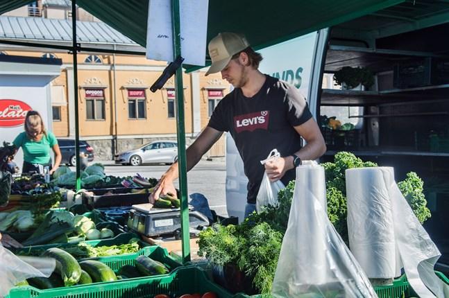 I dag säljer Backlunds trädgård omkring 80 procent av sin produktion genom torgförsäljningen. Alva och David Backlund uppskattar att säsongen hittills gått bra.
