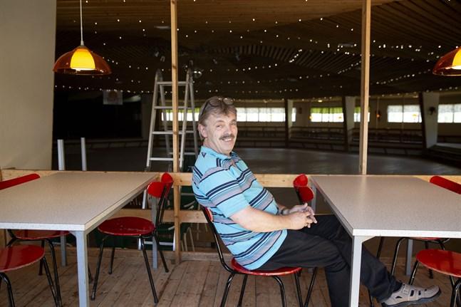 Sixten Dalvik är verksamhetsledare för Emet folkpark i Kronoby där dansverksamheten återupptas på lördag.