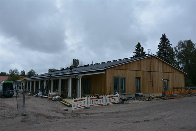 Bygget av den nya servicecentralen är på slutrakan. Flexator överlåtar nycklarna till Kaskö stad den 21 augusti. En liten läcka uppstod efter ett skyfall men det har åtgärdats.