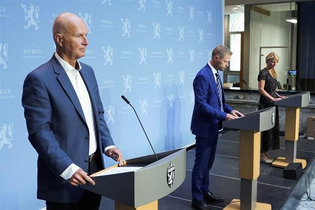 Norges hälso- och omsorgsminister Bent Høie (H), hälsodirektör Bjørn Guldvog och avdelningsdirektör Folkehälsoinstitutet Line Vold. Arkivbild.
