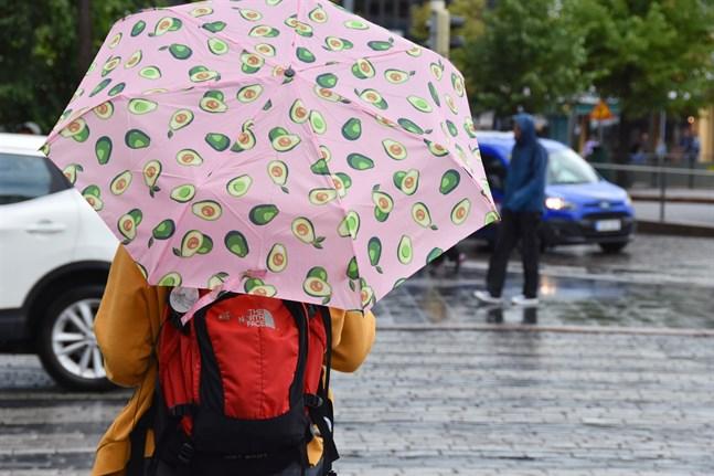 På söndag kan paraplyer behövas i hela landet då ett flertal regnområden ligger över Finland.