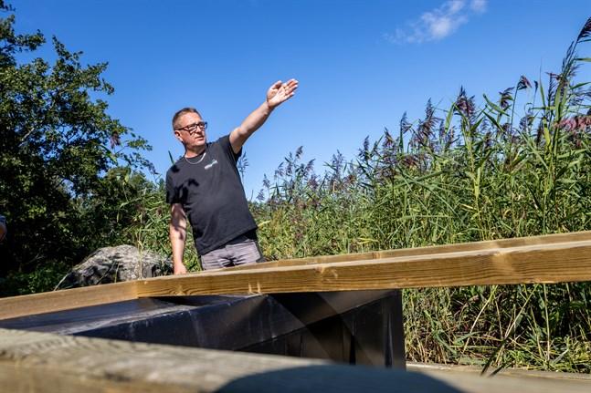 Ett stenkast bort ligger fastlandet. En färjförbindelse gör Gubbgrundet tillgängligt för tusentals Gerbybor och andra besökare som saknar båt, säger Ahola.