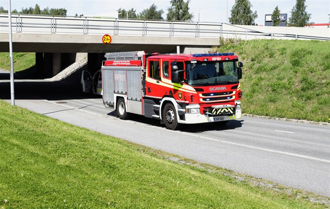 Både brandkåren och polisen ryckte ut för att hjälpa till när en lastbil fastnade i en underfart.