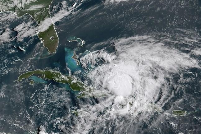 Orkanen Isaias är på väg med Florida. Satellitbilden togs strax före klockan 15, svensk tid, på fredagen.
