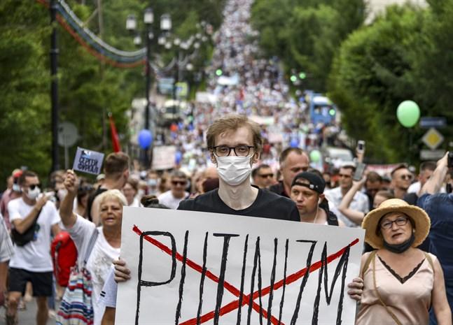 """Ordet """"putinism"""" överkryssat i ett demonstrationståg i Chabarovsk förra helgen."""