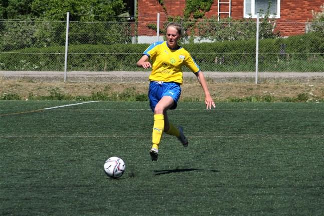 Matilda Sundlin fick chansen på topp mot Åbo IFK och hon levererade då Närpeslaget tog en viktig seger i damtvåan.