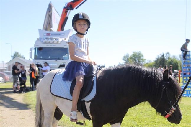 Ponnyridning var ett populärt inslag på Lappfjärdsdagen. Sophia Nybacka, 6 år, fick en ridtur på shetlandsponnyn Rölli.