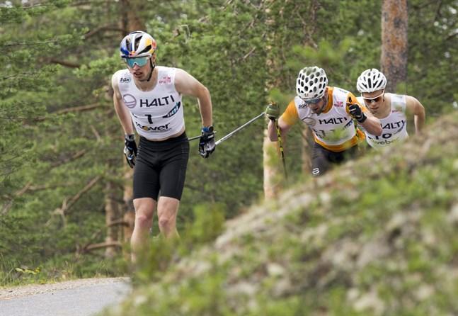 Iivo Niskanen i täten följd av Joni Mäki och Juuso Haarala i kvartsfinalen av FM-sprinten på rullskidor i Vuokatti. Niskanen vann sedan finalen, Mäki tog brons och Haarala blev tionde.