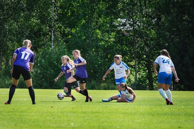 Rebecka Holmbäck driver fram med bollen för FC United, medan Lovisa Vikström gör sig beredd att göra en djupledslöpning inför Vanessa Haavisto (17).