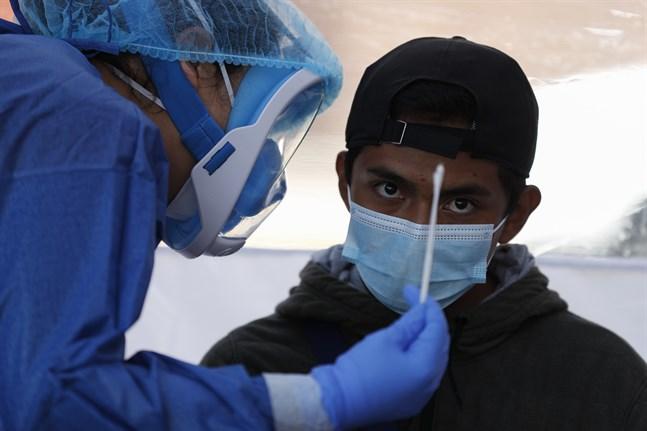 En patient provtas för covid-19 i Mexico City.