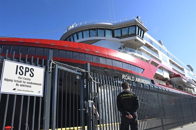 En resa till Svalbard med Hurtigruten-fartyget Roald Amundsen har ställts in sedan fyra personer i besättningen testats positivt för covid-19. Nu har fartyget isolerats i Tromsö.