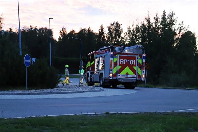 En personbil körde in i vägräcket på vägen ner mot rondellen.