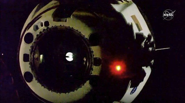 Space X rymdkapsel har kopplats loss från rymdstationen ISS och är på väg mot jorden.