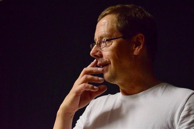 """Hans G. Hästbacka berättar att utställningen """"Black Kaffinobox XX"""" har vernissage på Svenska gården onsdag 5 augusti."""