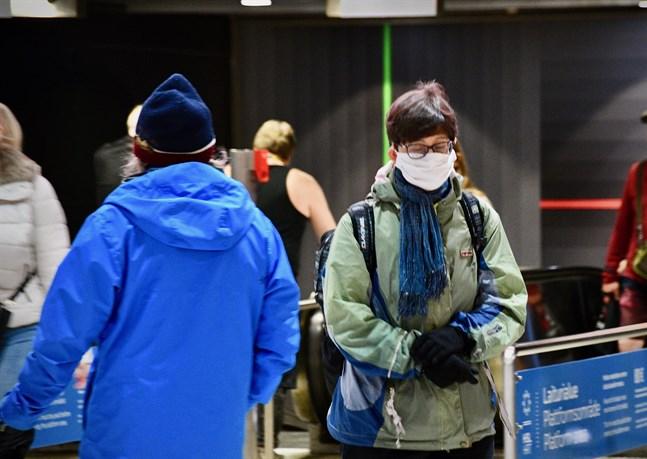 Taru Vanhala, kommunikationsfarmaceut vid Apotekareförbundet, uppger att folk börjat bunkra munskydd igen de senaste dagarna.