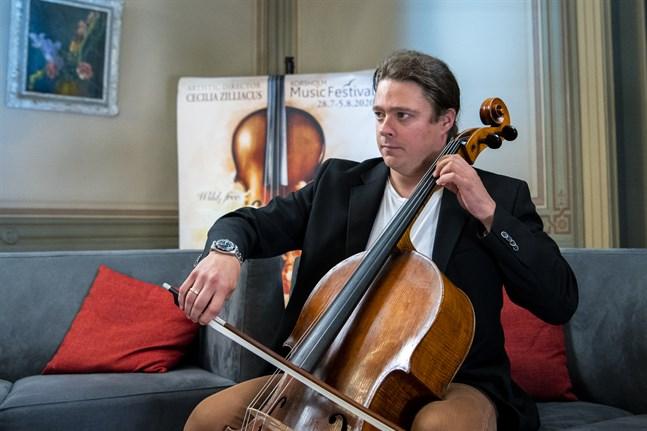 """Samuli Peltonen och hans kollegor i Total Cello Ensemble ska avfyra bland annat James Bond-låten """"Skyfall""""."""
