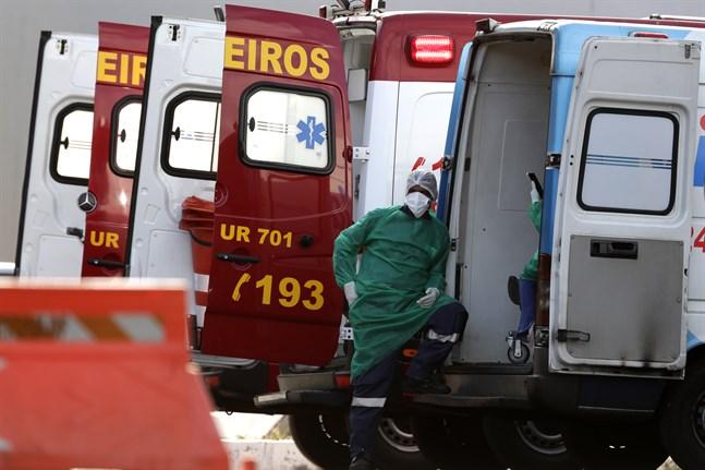 Vårdpersonal vid ett sjukhus i Brasiliens huvudstad Brasília som vårdar covid-sjuka tar en paus.