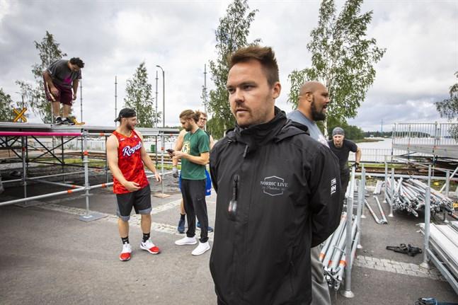 Festivalområdet tar form och promotor Tommi Mäki är taggad. Med alla säkerhetsåtgärder hoppas han att allt går bra.