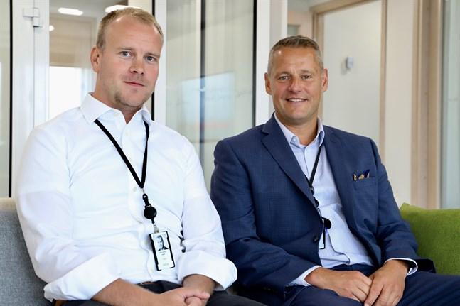 Johan Gunn och Stefan Grönholm på Aktia i Österbotten är glada över att året verkar gå i rätt riktning. Det fick en rätt skakig start.