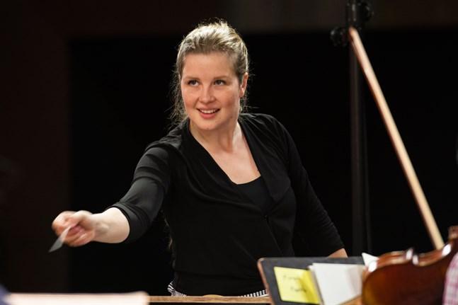 """Emilia Hoving tycker om samarbetet med orkestermusikerna. """"Att sitta vid pianot är ensamt"""" säger Hoving om valet att satsa på att dirigera."""