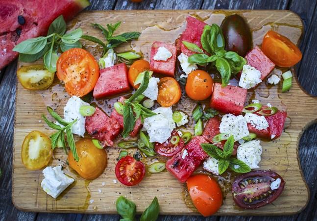 En korsning av tomatsallad och den moderna klassiska kombon vattenmelon och fetaost.