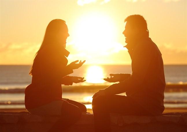 """Allverklig kontakt börjar med att man upplever sig sedd. Det är därför ögonen och blicken är så viktig ivårt samspel. Inte bara i förälskelsens stund, utan under hela det liv vi lever tillsammans. Det är medögonen vi skickar våra """"gilla-klick"""" – och våra """"ogilla-klick""""."""