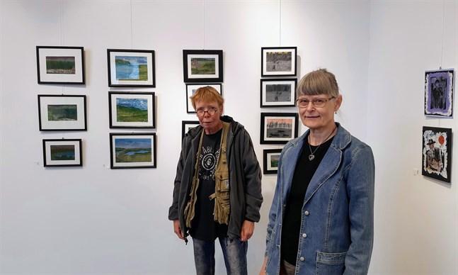 """Haje Holmström och Maj-Lis Rauhamaa ställer ut på Galleri Bruno i Bennäs under augusti 2020. Utställningen """"Blandade känslor"""" rymmer också verk av Hajes dotter Nadja Sand, som inte är med på bild."""