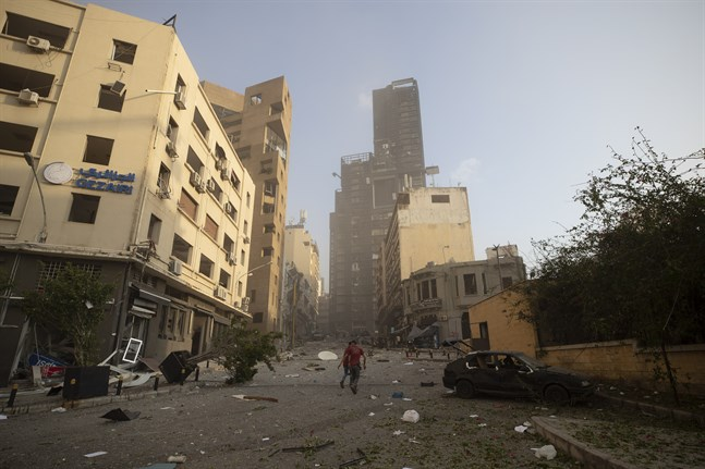 En gata i centrala Beirut kort efter explosionen som hördes milsvida.