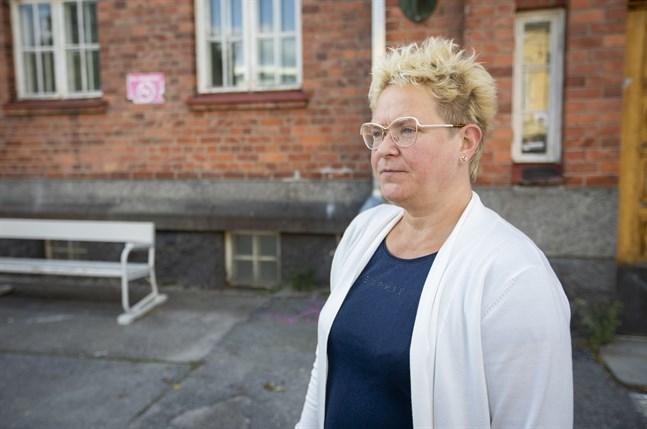Minna Leppäkorpi är huvudförtroendeman för vårdfackets Tehys medlemmar i Vasa. Hon befarar att det blir svårt få vikarier om det blir långa sjukledigheter i höst. Belastningen på dem som är i jobb blir stor om alla inte får vikarier.